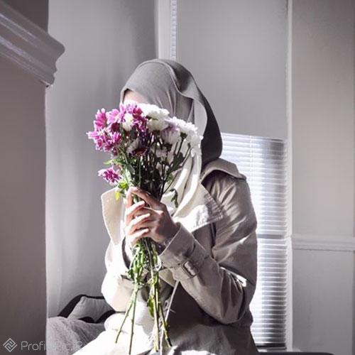 عکس دختر با چهره پوشیده از گل